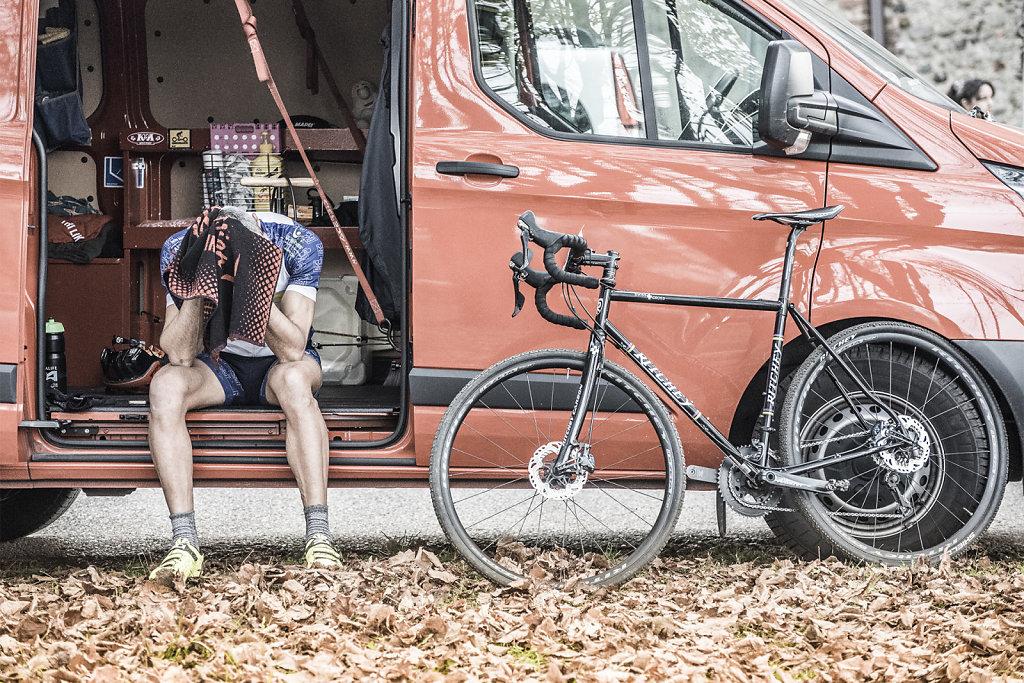 asoggetti-ciclocross-resting-cyclist-van-bike.jpg