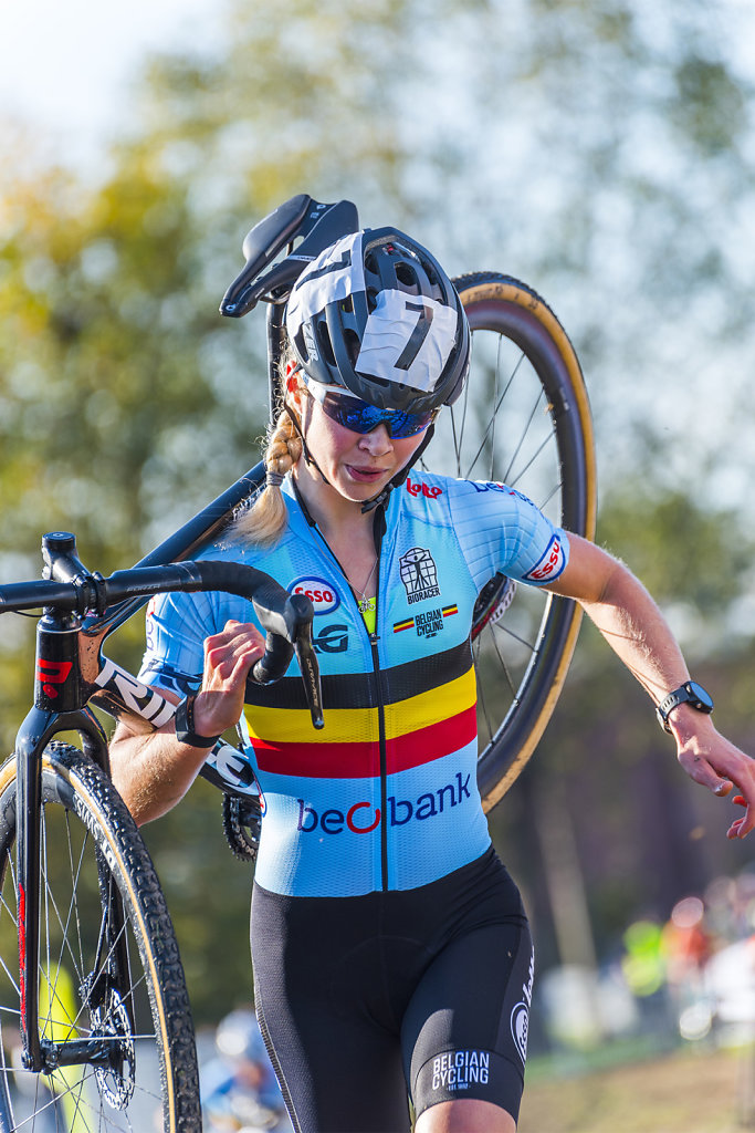 asoggetti-ciclocross-lady-cyclist.jpg